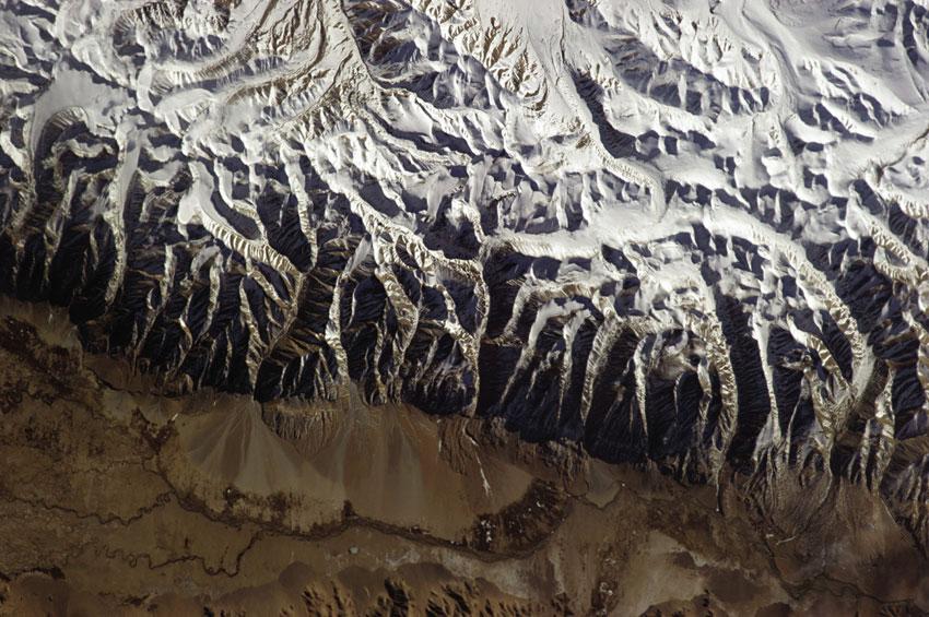 """""""Τα Ιμαλάια με τις ψηλότερες βουνοκορφές του κόσμου στη νότια Ασία, ανάμεσά τους κι εκείνη του Έβερεστ"""", Chris Hadfield"""