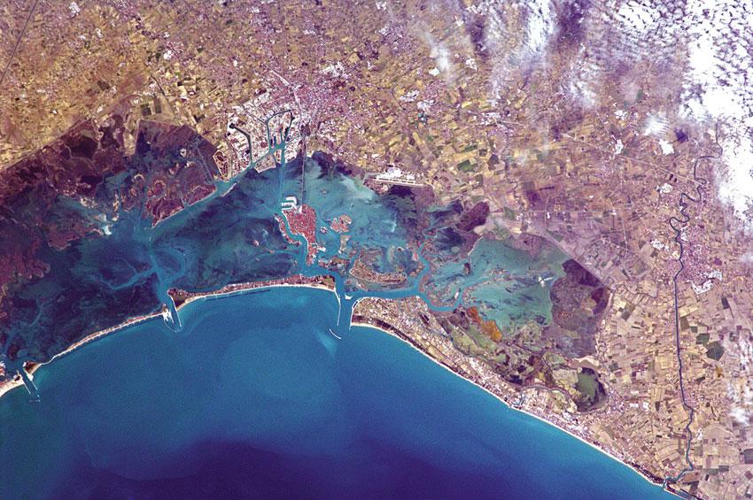 """""""Η πόλη της Βενετίας στη νοτιο-ανατολική Ιταλία, χτισμένη πάνω σε μικρά νησιά που τα χωρίζουν κανάλια και τα ενώνουν γέφυρες"""", Chris Hadfield"""