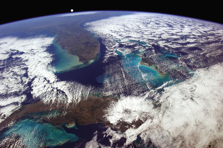 """""""Μια μέρα δίχως σύννεφα, οι αστροναύτες του ΔΔΣ μπορούν να δουν τα πάντα -ή τουλάχιστον από την Αβάνα μέχρι την Ουάσιγκτον"""", Chris Hadfield"""