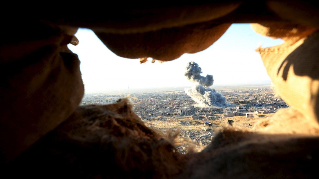 Smoke rises from the site of U.S.-led air strikes in the town of Sinjar, November 12, 2015. Kurdish forces launched an offensive on Thursday to retake the northern Iraqi town of Sinjar from Islamic State militants who overran it more than a year ago, killing and enslaving thousands of its Yazidi residents and triggering U.S.-led air strikes. REUTERS/Ari Jalal FOR EDITORIAL USE ONLY. NO RESALES. NO ARCHIVE.